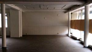 Tyhjä likainen liikehuoneisto sisältä Kouvolassa. Ikkunat on peitetty paperilla.