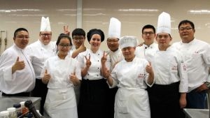 Kiinalaisia kokkiopiskelijoita opettajineen vierailulla Pohjois-Karjalan ammattiopistossa Joensuun Niskalassa.