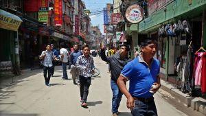 Kathmandulaismiehet etsivät avointa paikkaa, kun uusi manjäristys ravisutti Nepalia tiistaina.