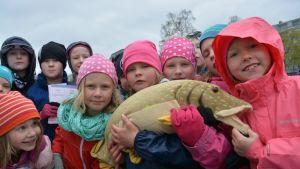 Onkilahden koululaiset pääsivät kalastamaankin kalastustapahtumassa tiistaina.