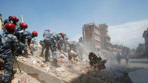 Nepalin poliisivoimat etsivät uhreja.