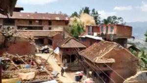 Amatöörikuvaajan videolla näkyy, miten muinainen hindutemppeli Katmandussa tärisee järistyksen hetkellä.
