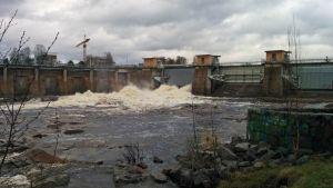 Oulun Merikosken ohijuoksutuksia kevättulvien aikana 12.5.2015.