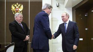 Yhdysvaltain ulkoministeri John Kerry ja Venäjän presidentti Vladimir Putin kättelevät tapaamisensa aluksi Sotšissa.