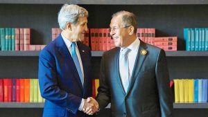 Yhdysvaltain ulkoministeri John Kerry ja Venäjän ulkoministerin Sergei Lavrov kättelevät.