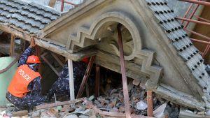 Pelastustyöntekijät etsivät mahdollisia eloonjääneitä luhistuneen talon raunioista Kathmandussa tiistaina.