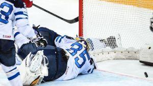 Pekka Rinne makaa maassa, kun kiekko menee maaliin.