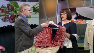 Katja Anttila esittelee vaatteita juontajalle