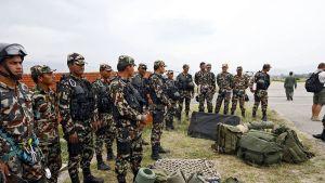 neljätoista Nepalin armeijan sotilasta ja reppuja maassa
