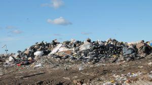 Kukkuroinmäen jätekeskuksen penkkaan päätyy muun muassa yritysten jätteitä.