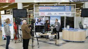 Nopola Newsin 10-vuotisjuhlaa. Suvi Kantonen haastattelee Keski-Suomen valokuituverkot Oy:n Asko Vikkiä ja Veikko Huumarkangas kuvaa.