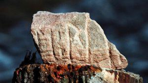 Keskiruotsista löytynyt kivi, johon on kaiverrettu riimuja.