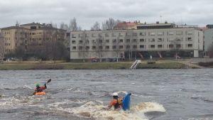 Olli Vainio ja Eki Ollila temppuilivat Kemijoen kuohuissa.