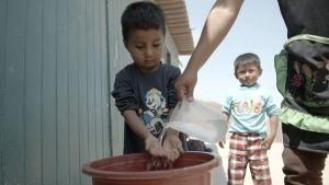 Villa de Lourdesin pääkaupungissa Limassa lapset joutuvat elämään ilman juoksevaa vettä.
