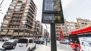 Lämpömittari näyttää 42 asteen lämpötilaa kadulla Murciassa, Espanjassa, toukokuussa 2015.