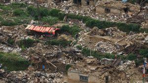 Tuhoutuneita rakennuksia  vuoristokylässä Neplaissa.