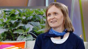 Uudenmaan Marttojen puutarhaneuvoja Kirsi Mäkinen Ylen aamu-tv:ssä keskiviikkona 18. toukokuuta.