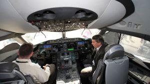 Boeing lentokoneen ohjaamo esillä Dubain ilmailunäyttelyssä marraskuussa 2011.