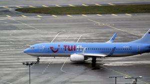 Matkustajakone, kyljessään TUI-matkatoimiston logo, Helsinki-Vantaan lentokentällä 23. marraskuuta 2011.