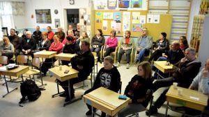 Ylikärppäläiset kokoontuivat keskustelemaan koulun tulevaisuudesta