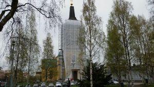 Oulun tuomikirkon tornin kunnostusta varten koko kellotapuli on peitetty suojamuoveilla 19.5.2015
