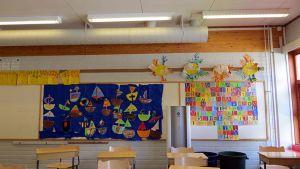 Koululuokan seinällä venetaulu ja aakkostaulu