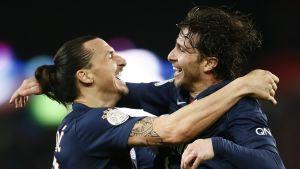 PSG:n Zlatan Ibrahimovic ja Maxwell juhlivat.