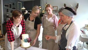 Valmista kakkua ihailtiin porukalla.