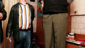 Vuonna 2007 maailman pisin ihminen Leonid Stadnik (oik.) ja hänen suutarinsa Georg Wessel Kiovassa, Ukrainassa, toukokuussa 2005.