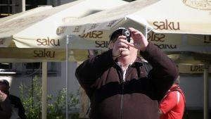 Turisti valokuvaa Tallinnassa.