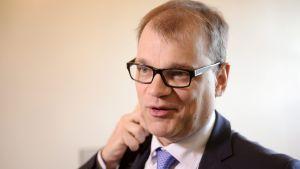Keskustan puheenjohtajaa Juha Sipilää haastatellaan, kun hän saapuu hallitusneuvotteluihin Smolnaan Helsingissä perjantaiaamuna 22. toukokuuta.