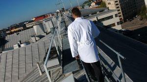 Meiran toimitusjohtaja Raimo Sinisalo kulkee Aleksis Kiven kadun ja Sturenkadun risteyksessä sijaitsevan paahtimon katolla.