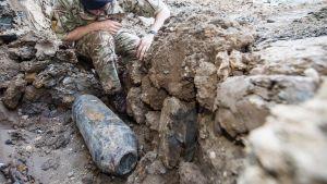 Armiejan henkilökunta tutkii pommia Wembleyn lähistöllä