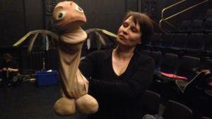 Penis-nukke näyttelijän kädessä