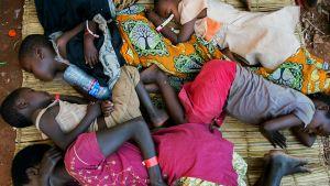 Burundista paenneet nukkuivat Kigomassa keskiviikkona.