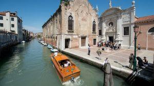 Santa Maria della Misericordian kirkko Venetsian biennaalin aikana.