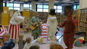 Benny Törnroos, Muumimamma, Muumipappa ja Nipsu esiintyvät Porin kirjastossa lapsille.
