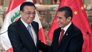 Kiinan pääministeri Li Keqiang ja Perun presidentti Ollanta Humala kättelevät.