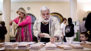 Ihmisiä kunta- ja aluevaalien äänestyspisteellä Madridissa, Espanjassa,  24. toukokuuta.