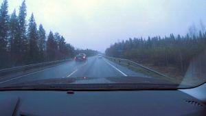 Auto ohittamassa toista Nelostiellä ohituskieltomerkinnän kohdalla.