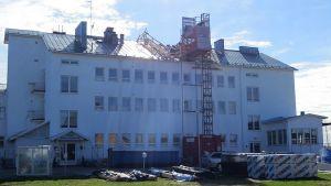 Pohjanrannan päärakennus remontissa.