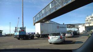 Autot ajavat laivaan Vaasan satamassa