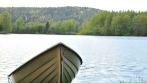 Vene rannalla.