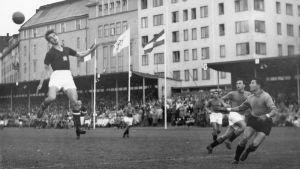 Italian ja Unkarin välinen jalkapallo-ottelu Bolliksella vuonna 1952.