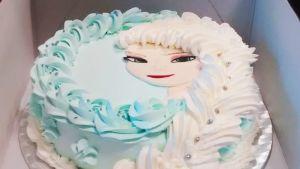 Frozen-elokuvan hahmo Elsa koristaa kermakakkua