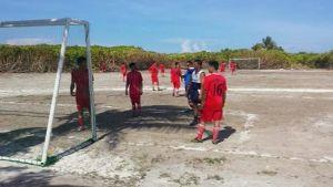 Filippiinien ja Vietnamin sotilaita pelaamassa jalkapalloa.