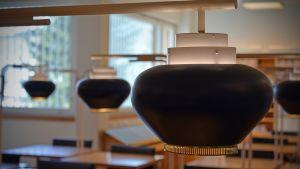Aallon suunnittelemat mustikkalamput on konservoitu.