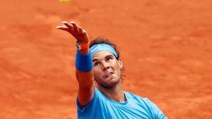 Rafael Nadal tähtää lyöntiään.