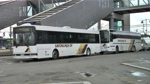 Savonlinjan busseja matkakeskuksen pihalla Mikkelissä.