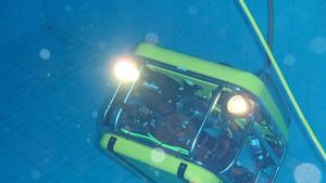 Sukellusrobotti altaassa